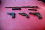 torza zbraní z řeky